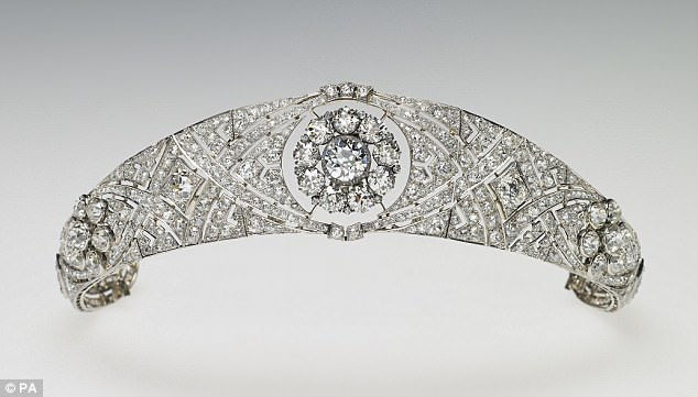 4C6E618300000578-5748063-The_tiara_was_specifically_made_for_Queen_Mary_in_1932_to_accomm-a-39_1526739796323