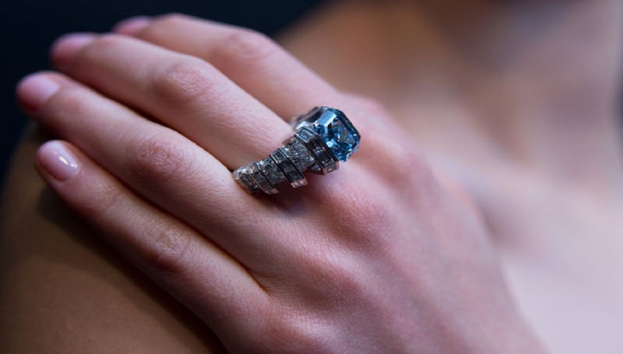 A Buyer's Guide to Blue Diamond Rings